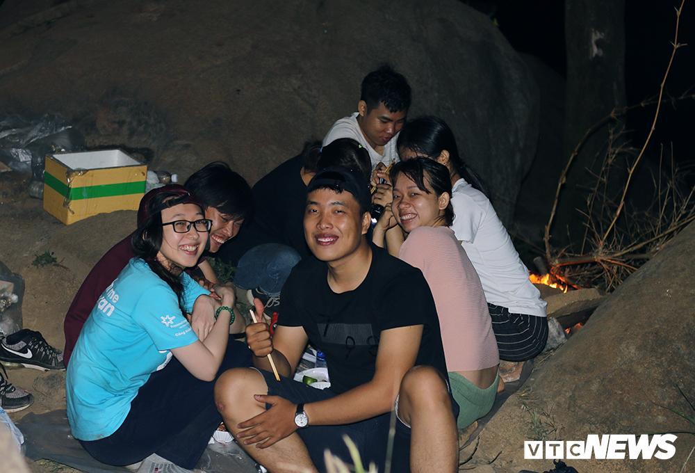Giới trẻ ùn ùn kéo nhau lên núi Bà Đen cắm trại, săn mây Ảnh 9
