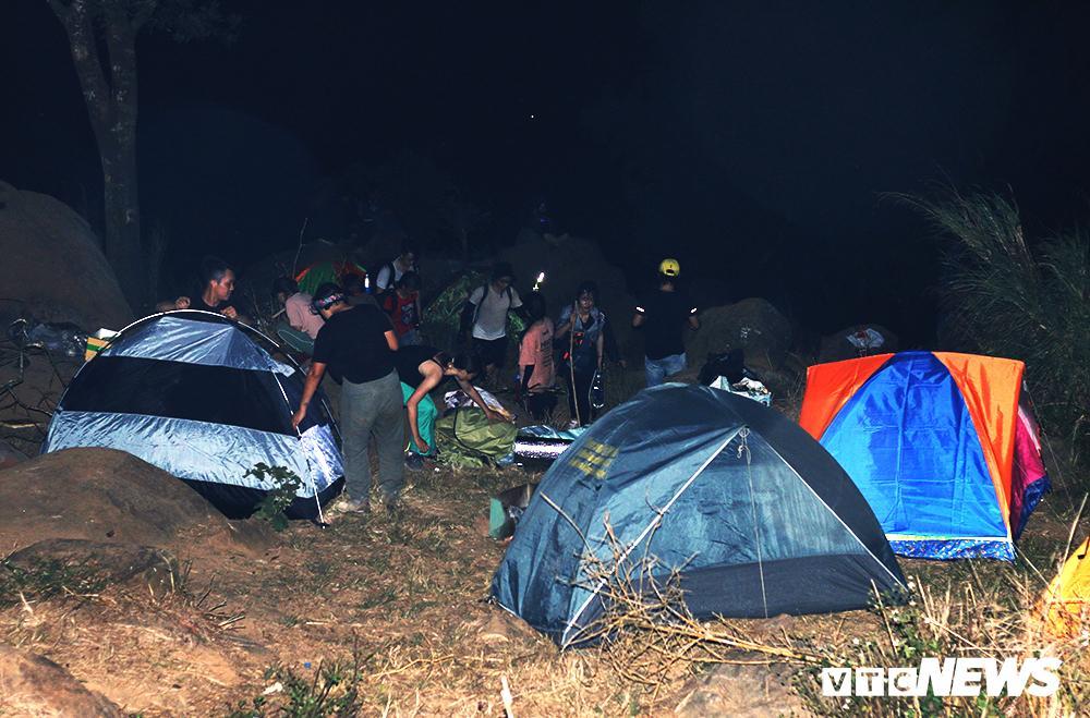 Giới trẻ ùn ùn kéo nhau lên núi Bà Đen cắm trại, săn mây Ảnh 5
