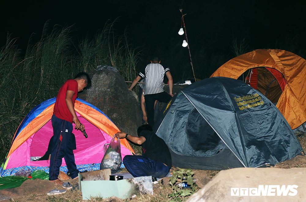 Giới trẻ ùn ùn kéo nhau lên núi Bà Đen cắm trại, săn mây Ảnh 10