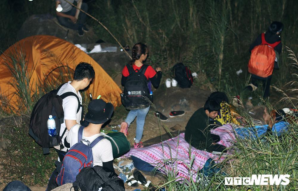 Giới trẻ ùn ùn kéo nhau lên núi Bà Đen cắm trại, săn mây Ảnh 4