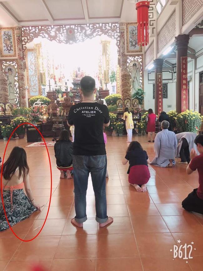 Ăn mặc hở hang, lộ nội y, xuyên thấu khi đi lễ chùa Ảnh 5