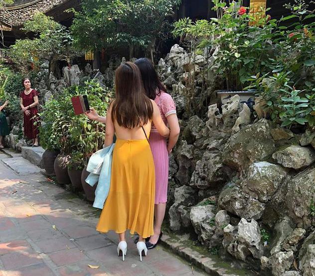 Ăn mặc hở hang, lộ nội y, xuyên thấu khi đi lễ chùa Ảnh 2