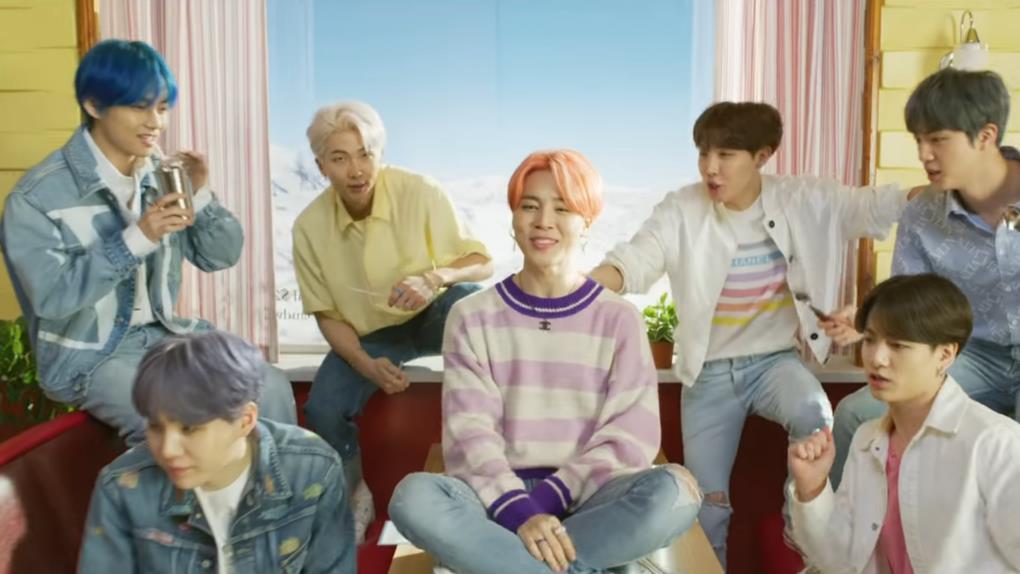 Kho tàng giày sneakers của BTS đa dạng trong sắc hồng ngọt ngào Ảnh 5