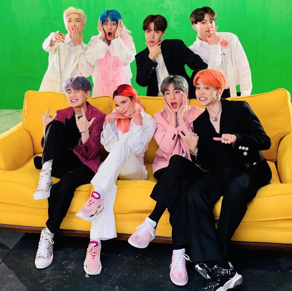 Kho tàng giày sneakers của BTS đa dạng trong sắc hồng ngọt ngào Ảnh 7