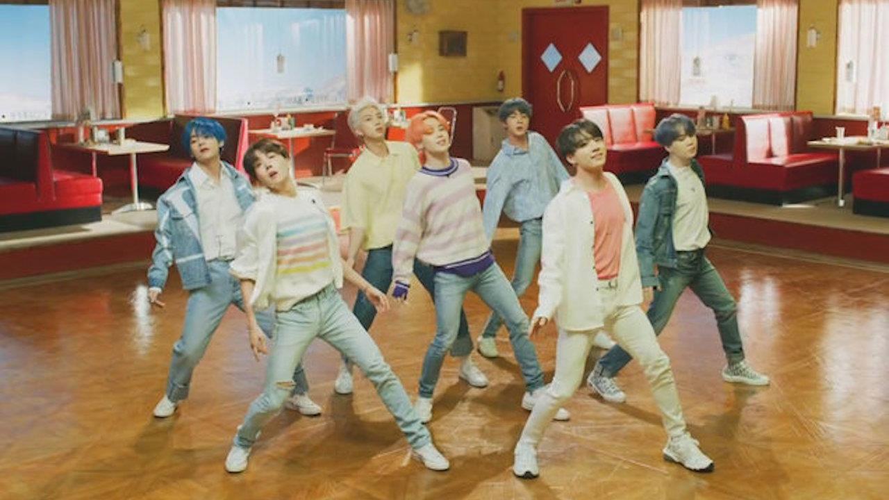 Kho tàng giày sneakers của BTS đa dạng trong sắc hồng ngọt ngào Ảnh 4
