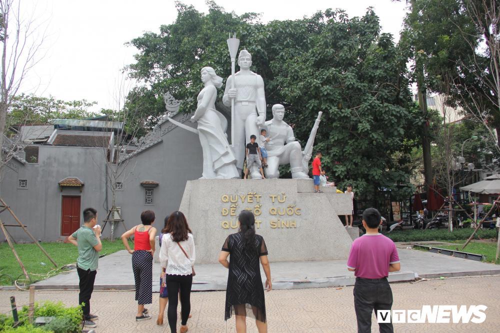Phố đi bộ Hồ Gươm đặc kín người trong ngày nghỉ lễ giỗ Tổ Hùng Vương Ảnh 6