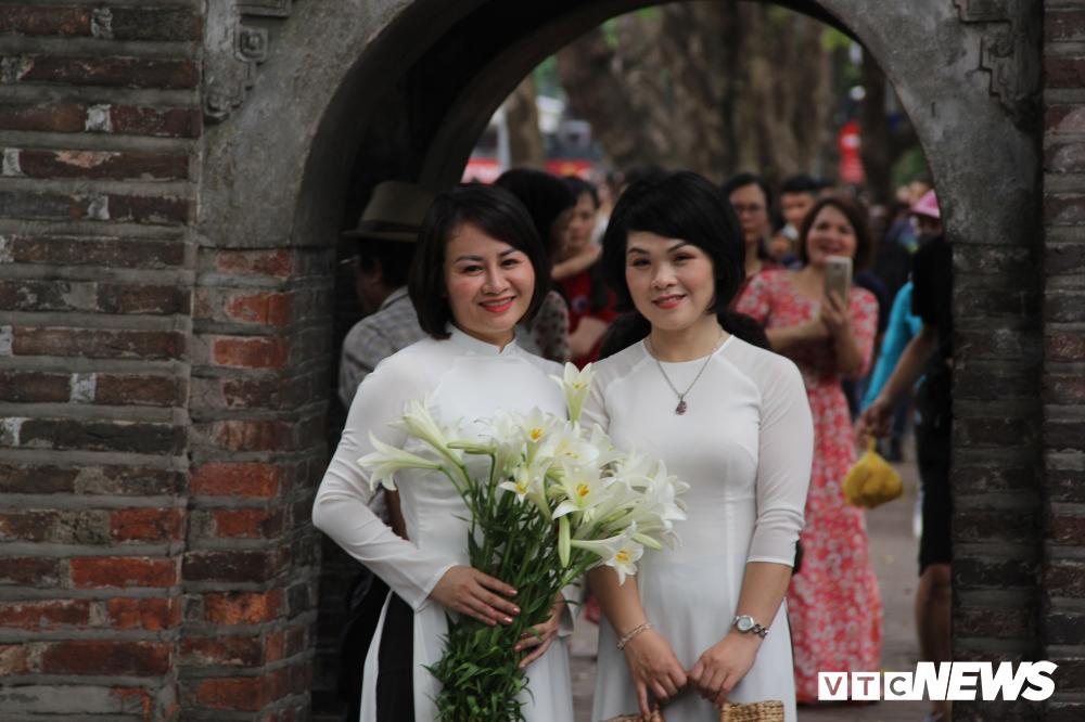 Phố đi bộ Hồ Gươm đặc kín người trong ngày nghỉ lễ giỗ Tổ Hùng Vương Ảnh 10