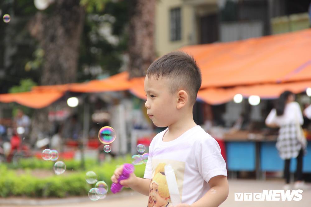 Phố đi bộ Hồ Gươm đặc kín người trong ngày nghỉ lễ giỗ Tổ Hùng Vương Ảnh 4