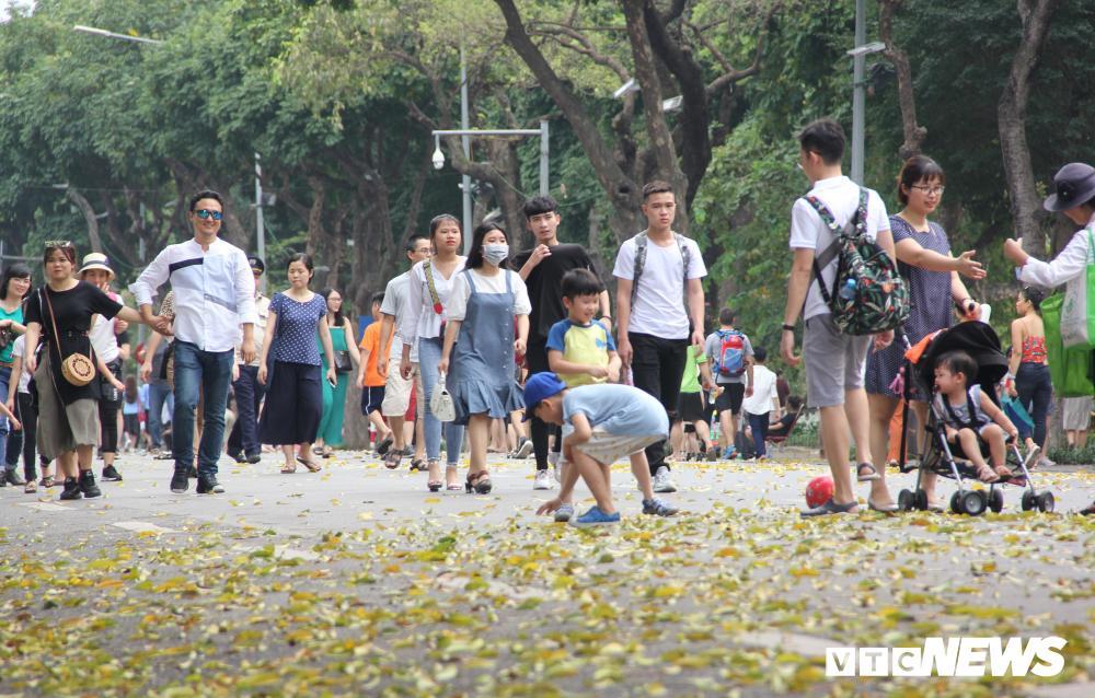 Phố đi bộ Hồ Gươm đặc kín người trong ngày nghỉ lễ giỗ Tổ Hùng Vương Ảnh 2