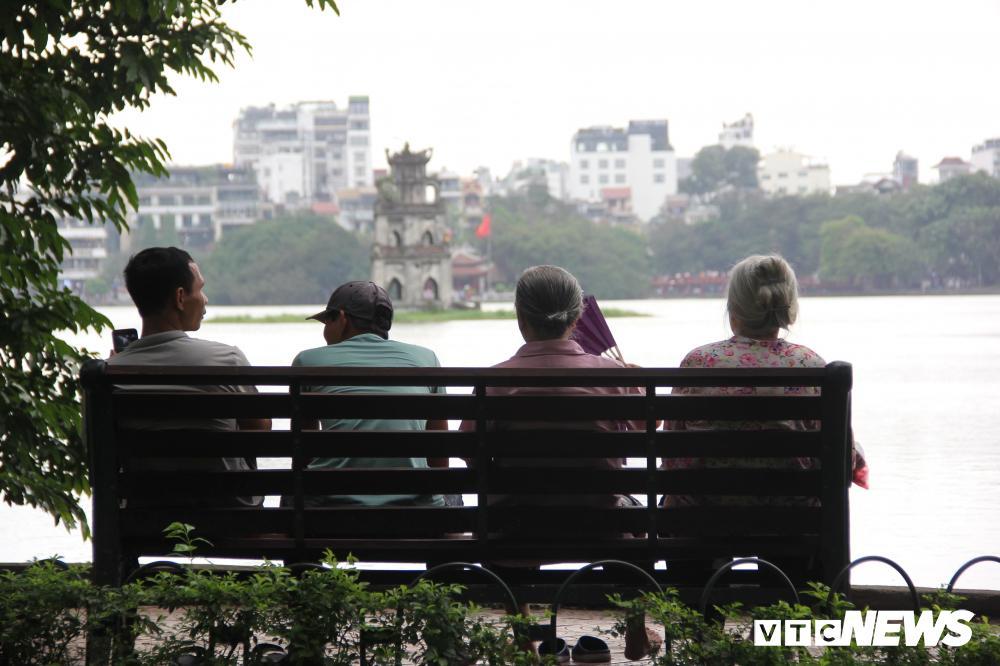 Phố đi bộ Hồ Gươm đặc kín người trong ngày nghỉ lễ giỗ Tổ Hùng Vương Ảnh 8
