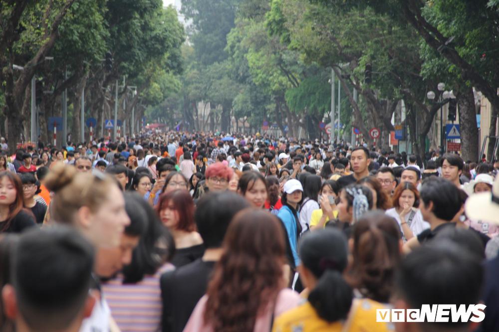 Phố đi bộ Hồ Gươm đặc kín người trong ngày nghỉ lễ giỗ Tổ Hùng Vương Ảnh 1