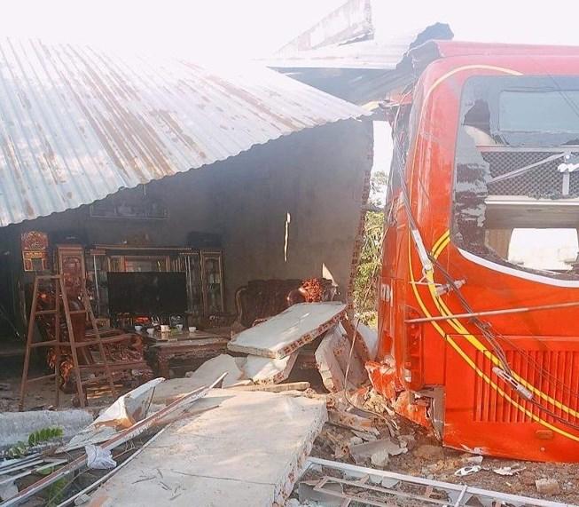 Xe khách tụt dốc tông sập nhà có 5 người đang ngủ Ảnh 1
