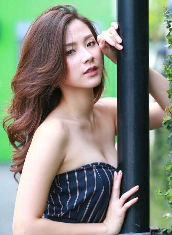Váy áo tôn ngực gợi cảm ngoài đời của 'nữ thần té nước Thái Lan' Ảnh 4