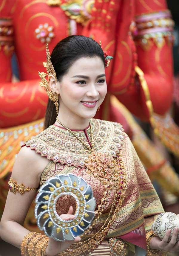 Váy áo tôn ngực gợi cảm ngoài đời của 'nữ thần té nước Thái Lan' Ảnh 1