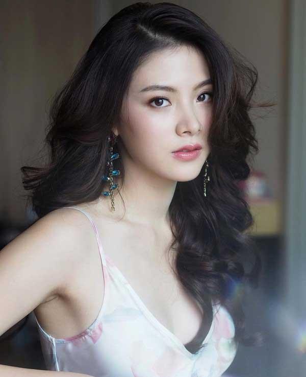 Váy áo tôn ngực gợi cảm ngoài đời của 'nữ thần té nước Thái Lan' Ảnh 3