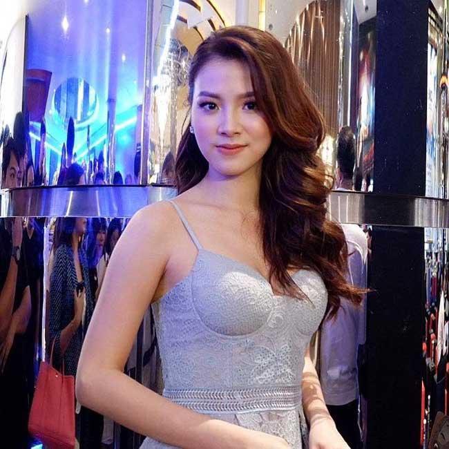 Váy áo tôn ngực gợi cảm ngoài đời của 'nữ thần té nước Thái Lan' Ảnh 13