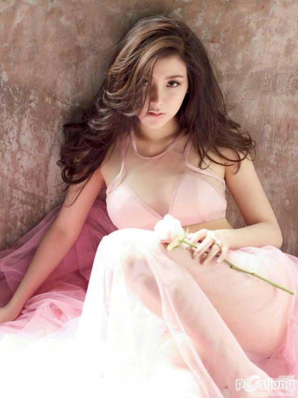 Váy áo tôn ngực gợi cảm ngoài đời của 'nữ thần té nước Thái Lan' Ảnh 5