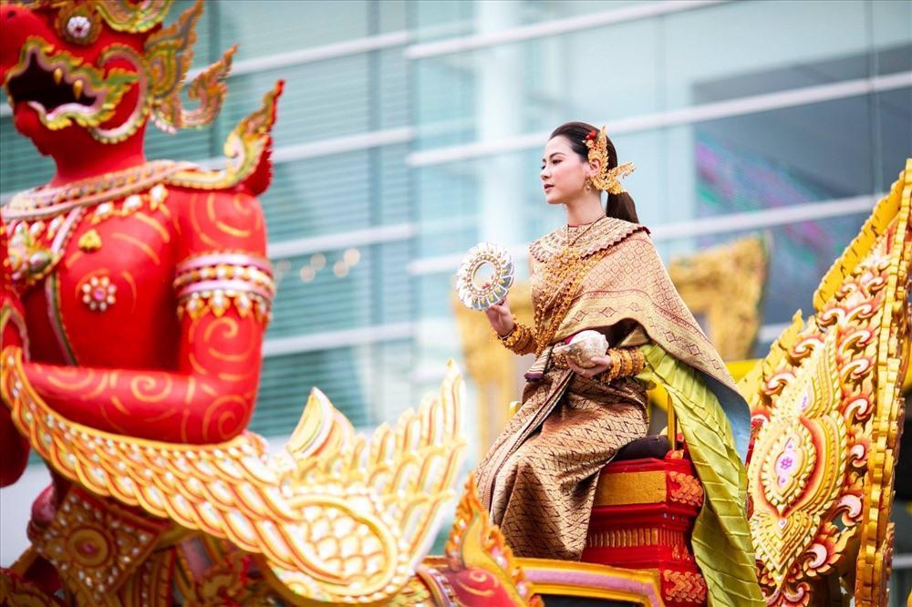 Váy áo tôn ngực gợi cảm ngoài đời của 'nữ thần té nước Thái Lan' Ảnh 2
