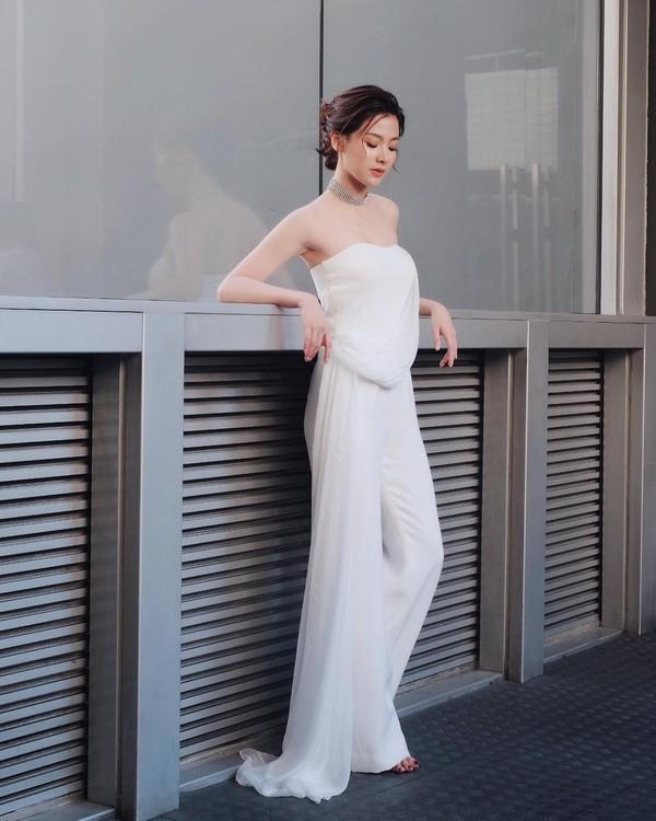 Váy áo tôn ngực gợi cảm ngoài đời của 'nữ thần té nước Thái Lan' Ảnh 10