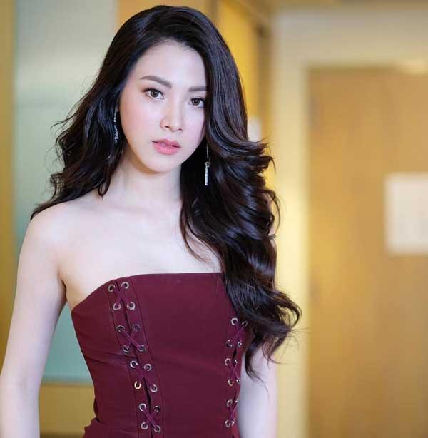 Váy áo tôn ngực gợi cảm ngoài đời của 'nữ thần té nước Thái Lan' Ảnh 11