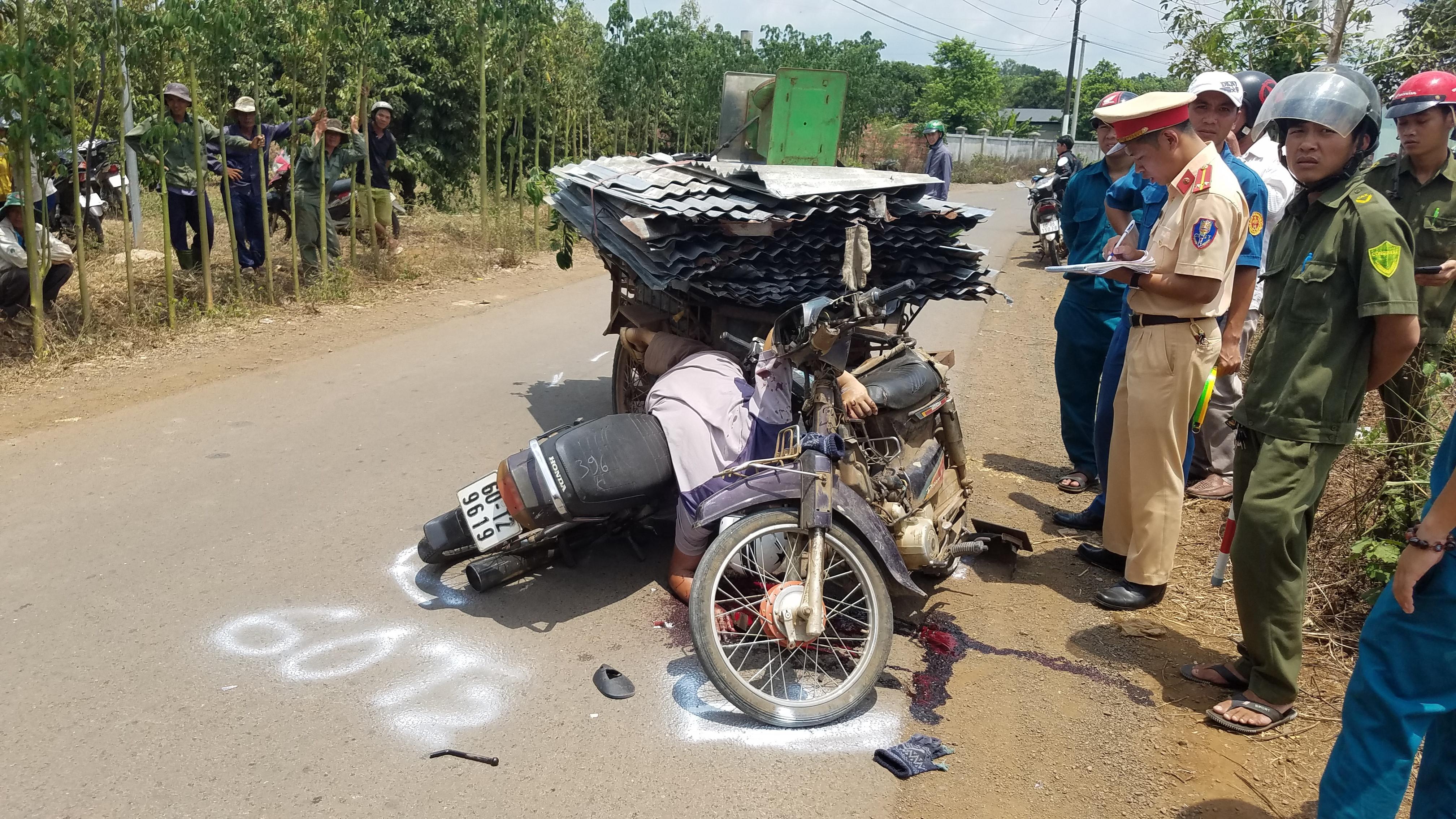 Va chạm xe chở tôn, người đi xe máy bị cắt vào cổ, tử vong Ảnh 1