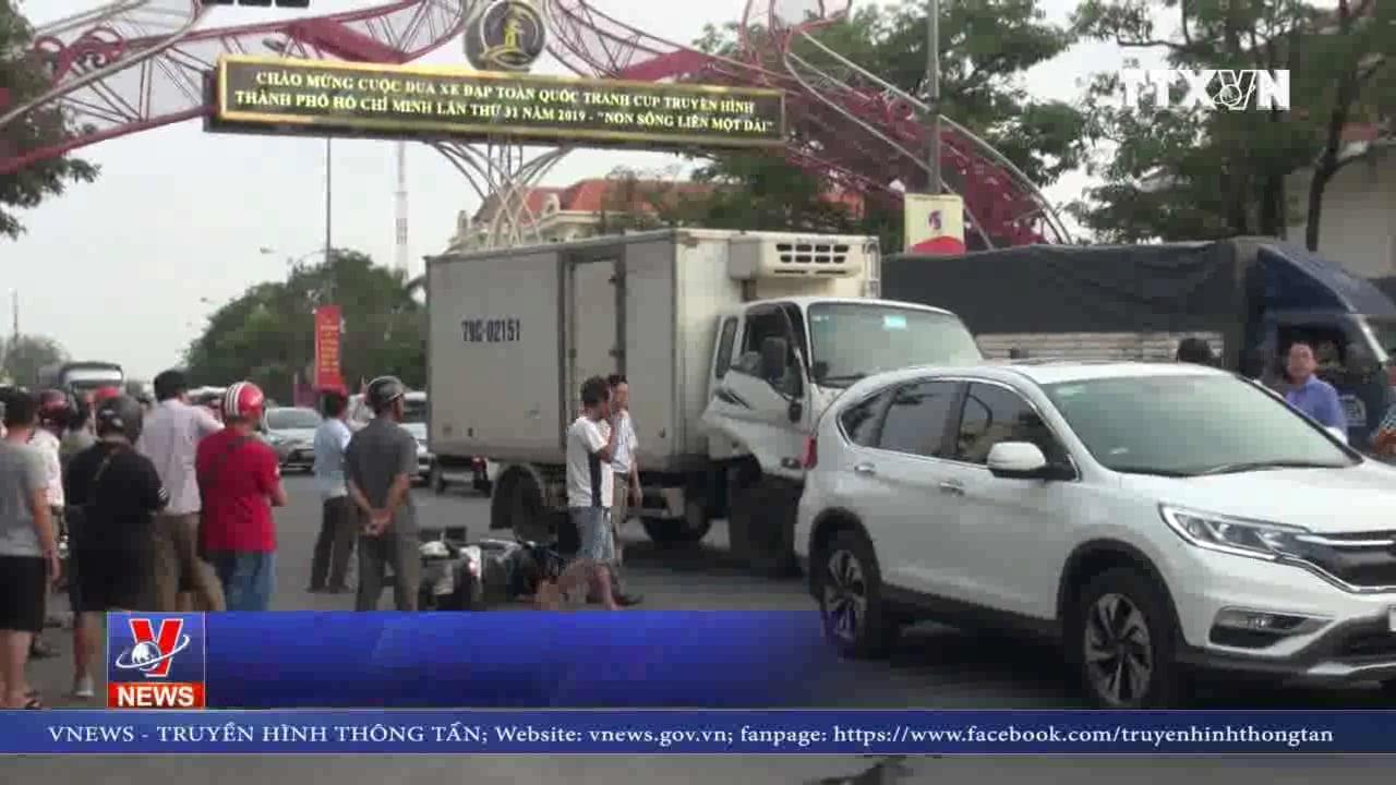 Xe tải gây tai nạn với nhiều xe đang dừng đèn đỏ ở Quảng Bình ảnh 1
