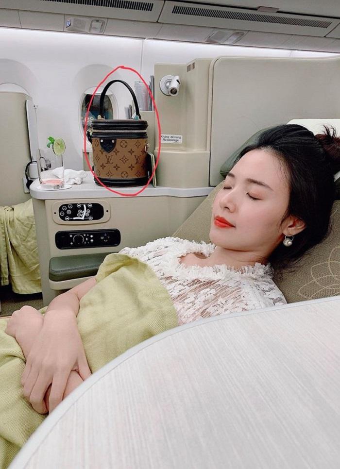 Midu mừng rơi nước mắt khi tìm được túi xách và trăm triệu đồng thất lạc ở Hàn Quốc Ảnh 1