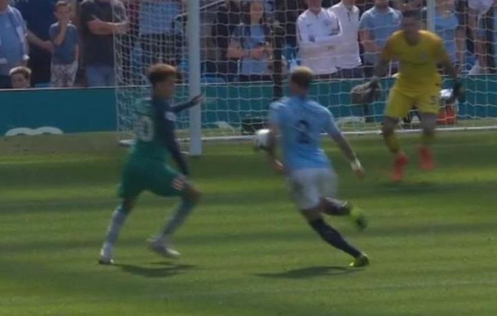 Man City thoát penalty vì Ngoại hạng Anh chưa có VAR Ảnh 1