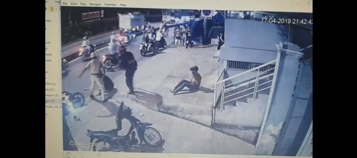 Hai thanh niên bị CSGT chĩa súng, đánh là 'quái xế' Ảnh 2