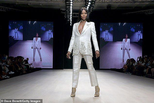 Naomi Campbell tự tin diện vest không nội y ở tuổi U50, gây 'náo loạn' sàn diễn Ảnh 3
