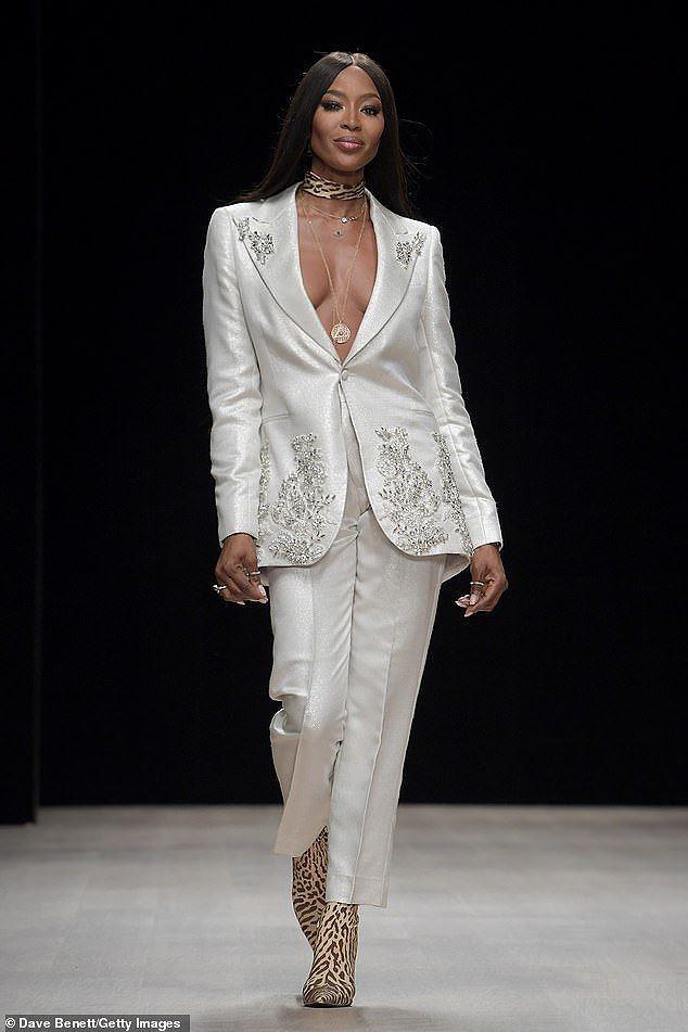 Naomi Campbell tự tin diện vest không nội y ở tuổi U50, gây 'náo loạn' sàn diễn Ảnh 4