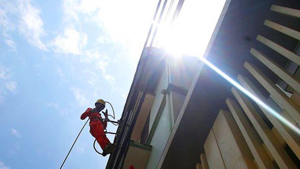 Công nhân vật vã làm việc trên công trường dưới nắng nóng 40 độ Ảnh 11