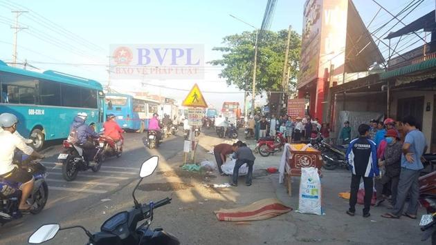 Xe Phương Trang kéo lê xe máy đi hàng chục mét, một người chết tại chỗ Ảnh 1