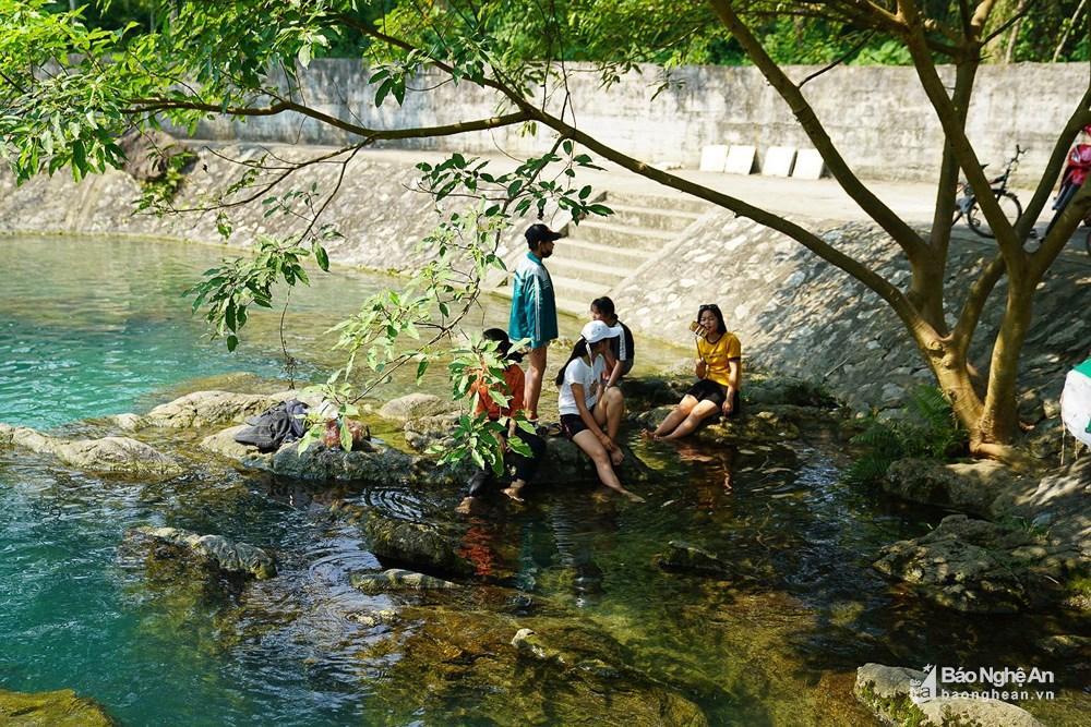 Người dân đổ xô đến sông Giăng - Pù Mát tránh nóng Ảnh 1