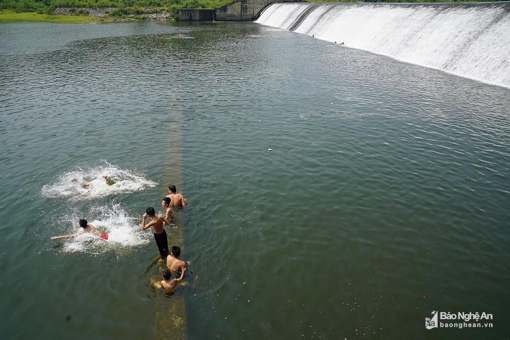 Người dân đổ xô đến sông Giăng - Pù Mát tránh nóng Ảnh 4