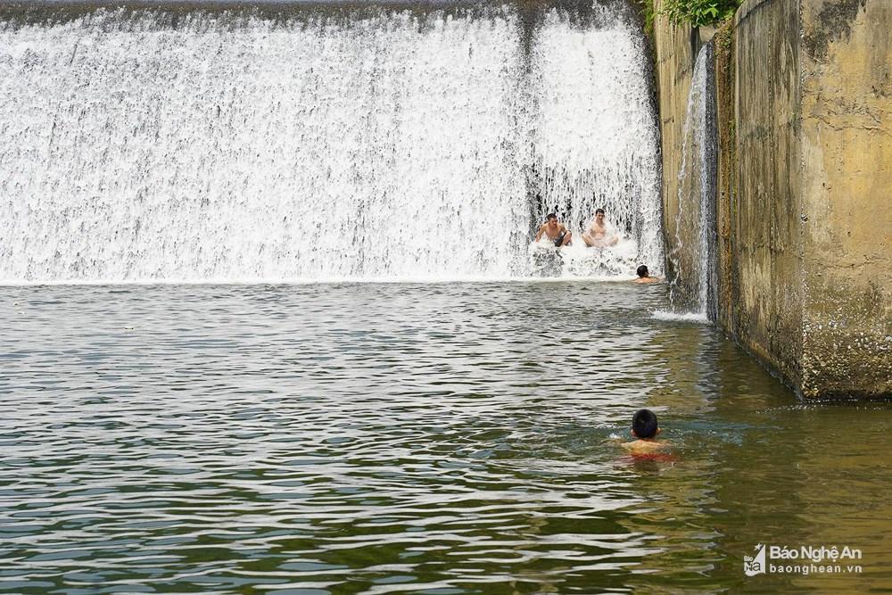 Người dân đổ xô đến sông Giăng - Pù Mát tránh nóng Ảnh 3