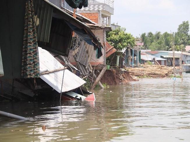 Đang ngủ, bất ngờ nhà bị nhấn chìm xuống sông Ảnh 1