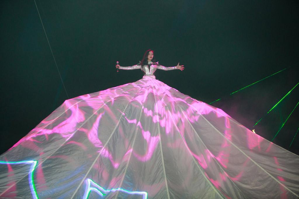 Đâu chỉ siêu mẫu Quỳnh Hoa, không ít người đẹp Vbiz dùng chiêu này để 'chặt chém' trên sân khấu Ảnh 12