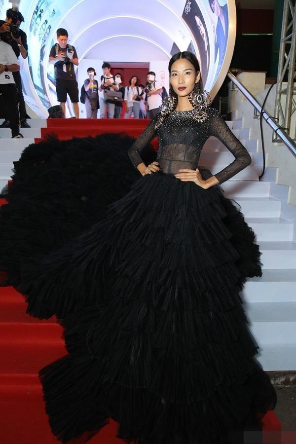 Đâu chỉ siêu mẫu Quỳnh Hoa, không ít người đẹp Vbiz dùng chiêu này để 'chặt chém' trên sân khấu Ảnh 9