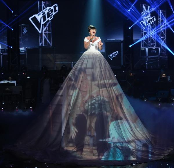 Đâu chỉ siêu mẫu Quỳnh Hoa, không ít người đẹp Vbiz dùng chiêu này để 'chặt chém' trên sân khấu Ảnh 13