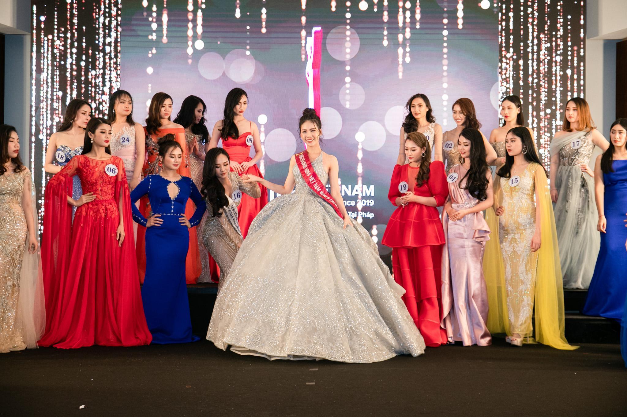 Đâu chỉ siêu mẫu Quỳnh Hoa, không ít người đẹp Vbiz dùng chiêu này để 'chặt chém' trên sân khấu Ảnh 4