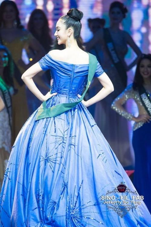 Đâu chỉ siêu mẫu Quỳnh Hoa, không ít người đẹp Vbiz dùng chiêu này để 'chặt chém' trên sân khấu Ảnh 8