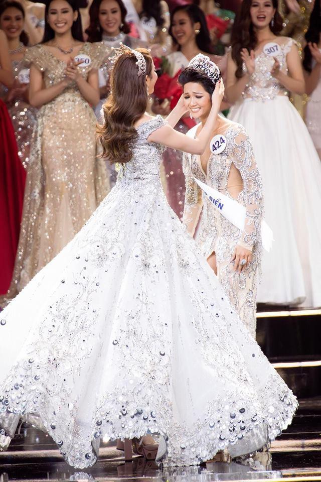 Đâu chỉ siêu mẫu Quỳnh Hoa, không ít người đẹp Vbiz dùng chiêu này để 'chặt chém' trên sân khấu Ảnh 5