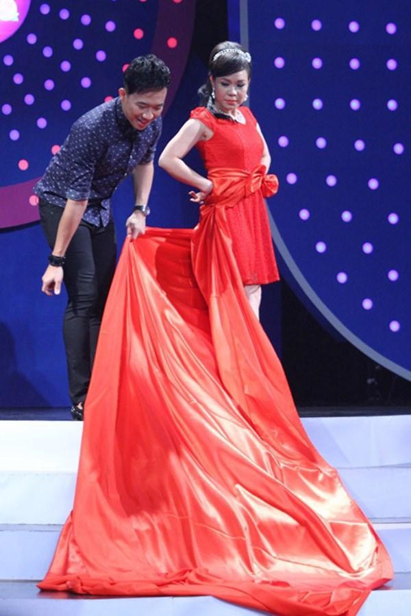 Đâu chỉ siêu mẫu Quỳnh Hoa, không ít người đẹp Vbiz dùng chiêu này để 'chặt chém' trên sân khấu Ảnh 18
