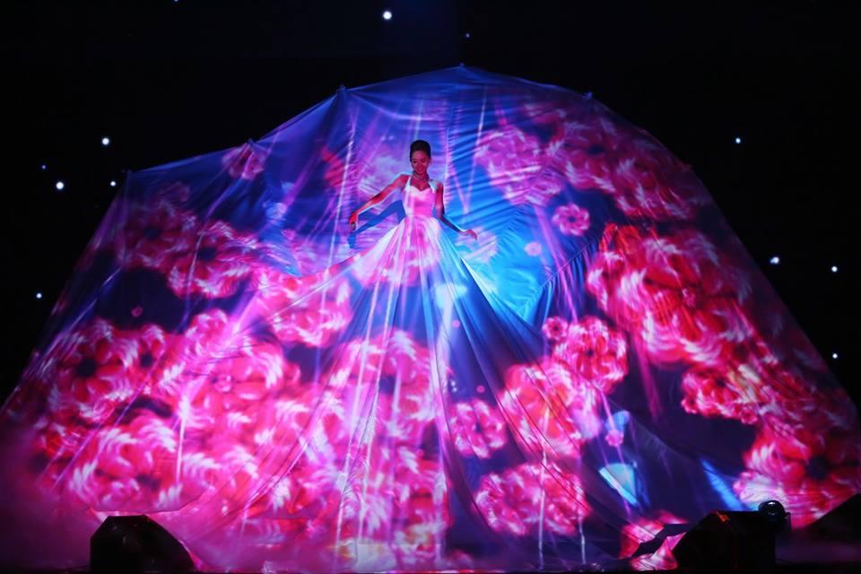 Đâu chỉ siêu mẫu Quỳnh Hoa, không ít người đẹp Vbiz dùng chiêu này để 'chặt chém' trên sân khấu Ảnh 11