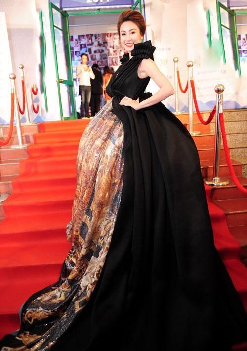Đâu chỉ siêu mẫu Quỳnh Hoa, không ít người đẹp Vbiz dùng chiêu này để 'chặt chém' trên sân khấu Ảnh 16