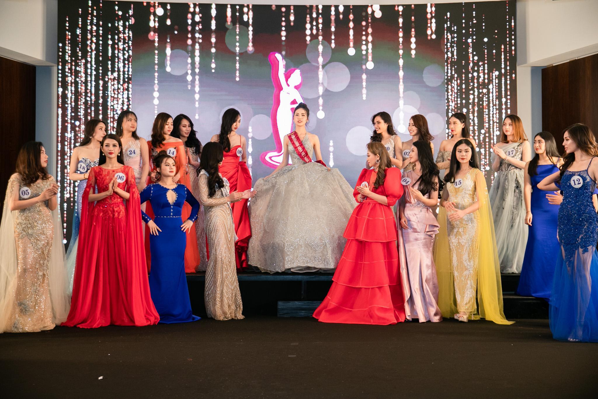 Đâu chỉ siêu mẫu Quỳnh Hoa, không ít người đẹp Vbiz dùng chiêu này để 'chặt chém' trên sân khấu Ảnh 3