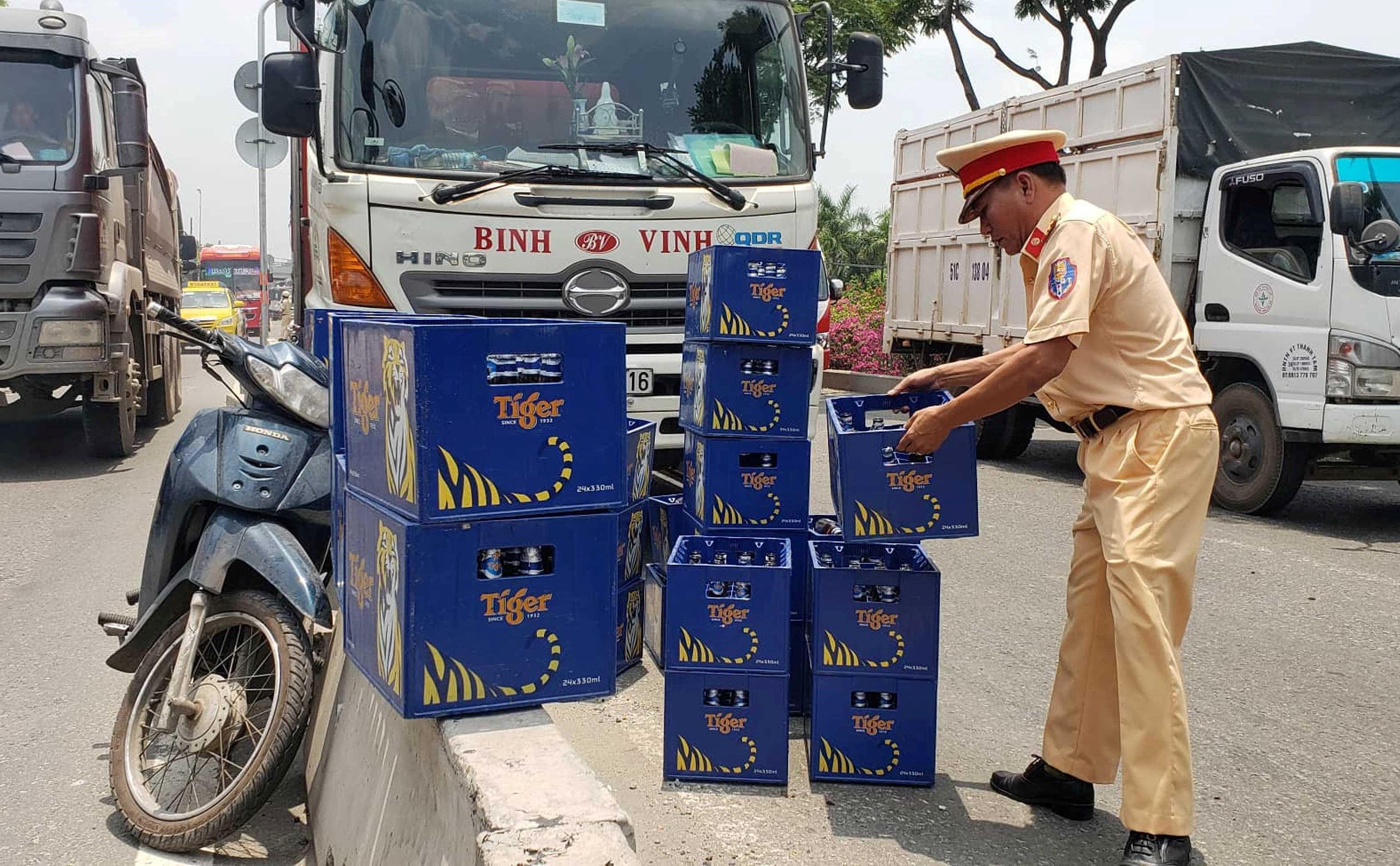 Hàng chục thùng bia rơi xuống đường, cửa ngõ Sài Gòn kẹt cứng Ảnh 3