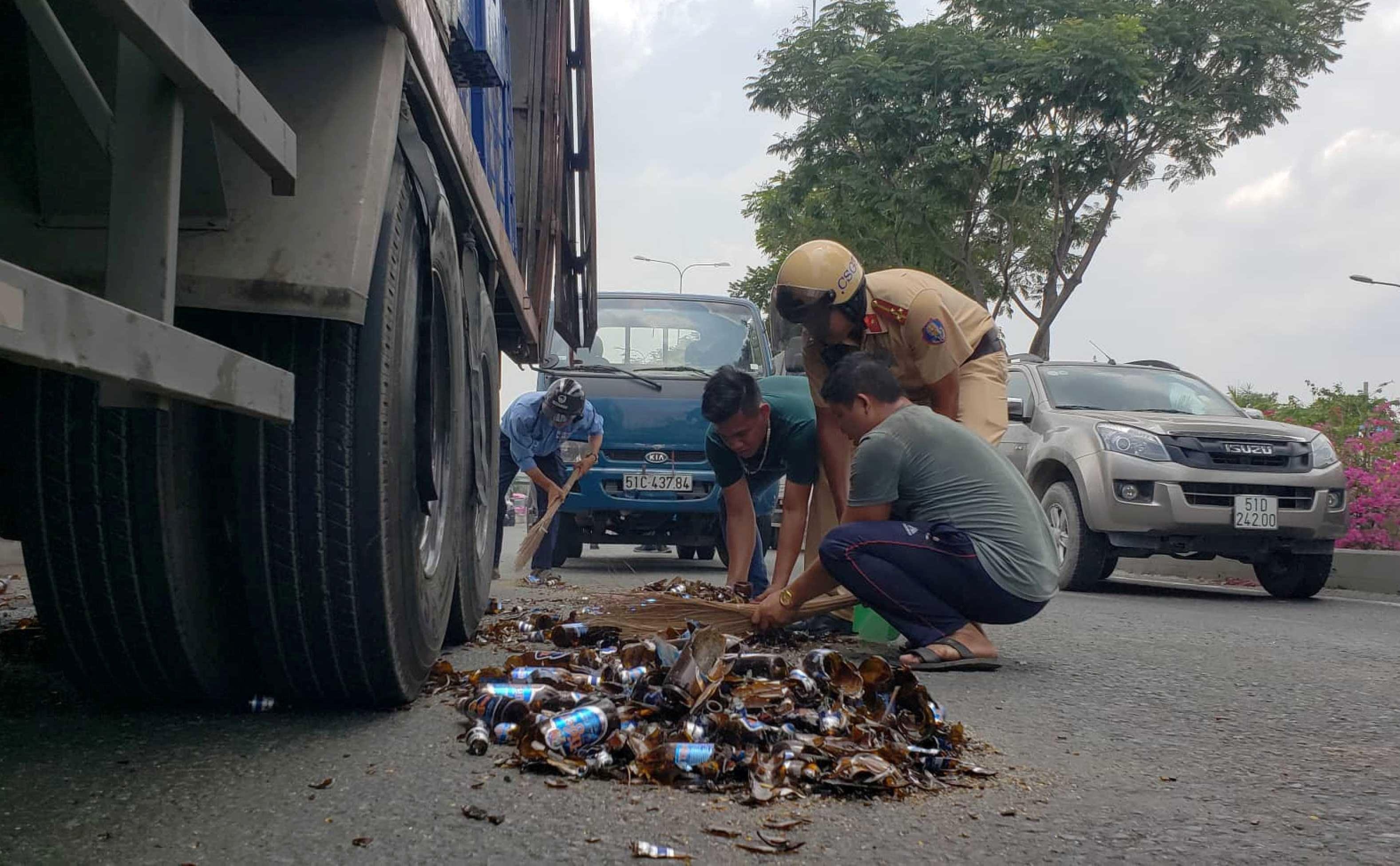 Hàng chục thùng bia rơi xuống đường, cửa ngõ Sài Gòn kẹt cứng Ảnh 2