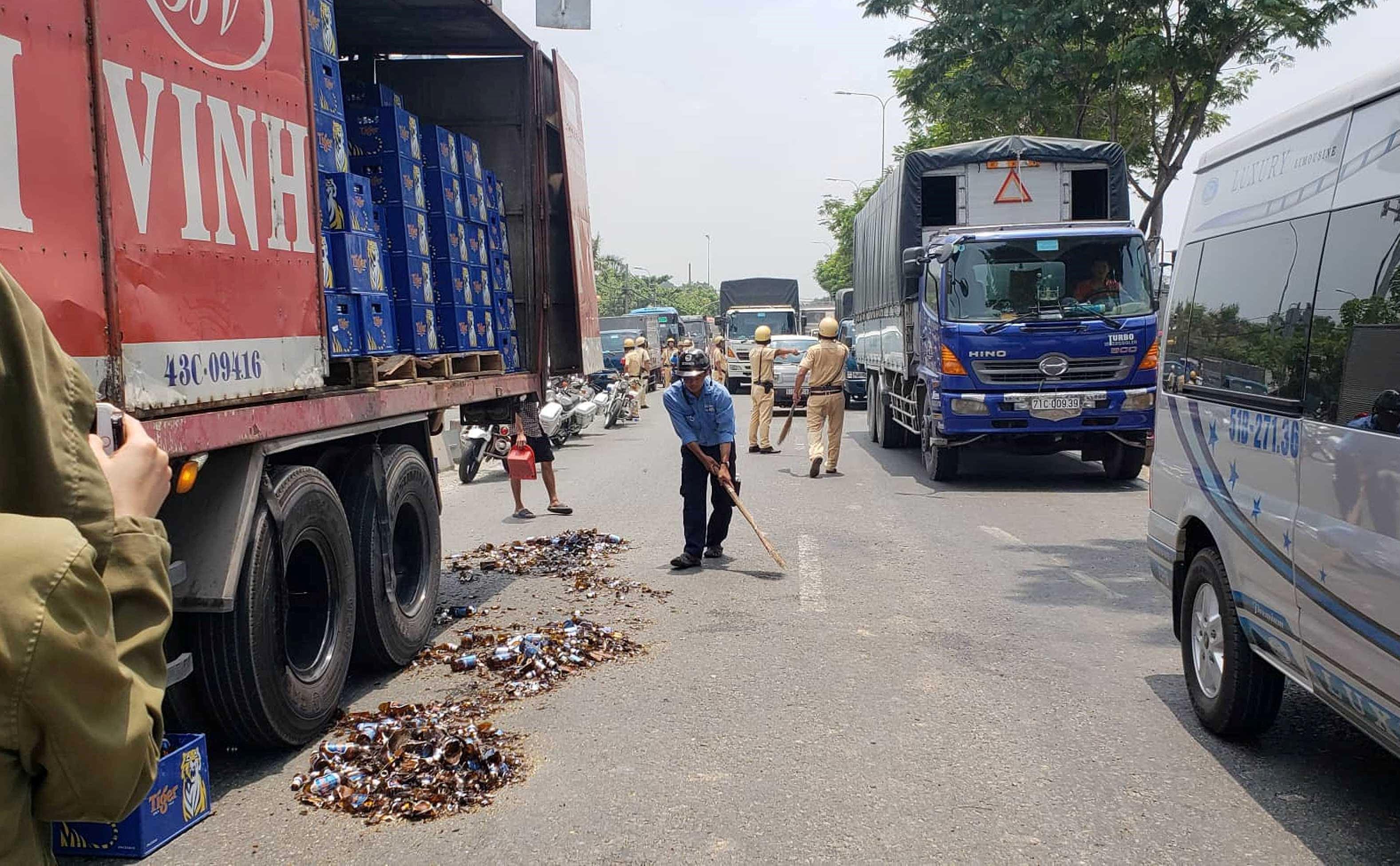 Hàng chục thùng bia rơi xuống đường, cửa ngõ Sài Gòn kẹt cứng Ảnh 1